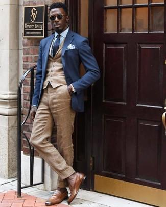Cómo combinar: pantalón de vestir de lino marrón claro, camisa de vestir celeste, chaleco de vestir marrón claro, blazer azul marino