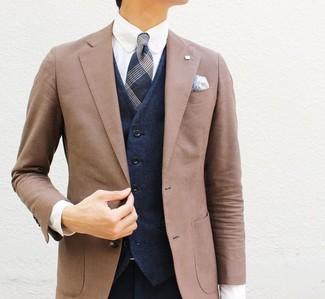 Cómo combinar: pantalón de vestir azul marino, camisa de vestir blanca, chaleco de vestir azul marino, blazer marrón