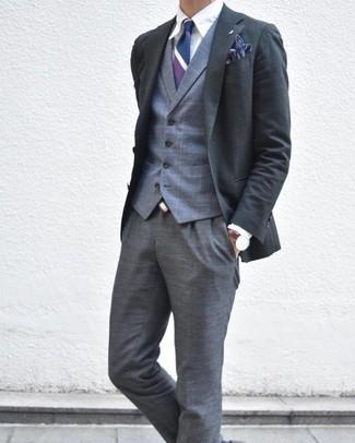 Cómo combinar: pantalón de vestir de tartán gris, camisa de vestir blanca, chaleco de vestir de tartán gris, blazer en gris oscuro
