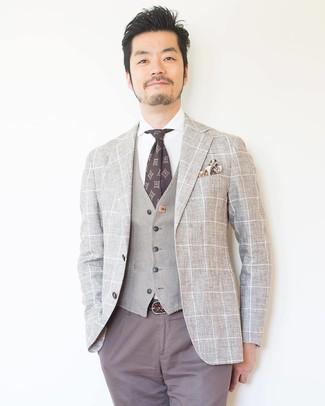 Cómo combinar: pantalón chino gris, camisa de vestir blanca, chaleco de vestir en beige, blazer a cuadros en beige