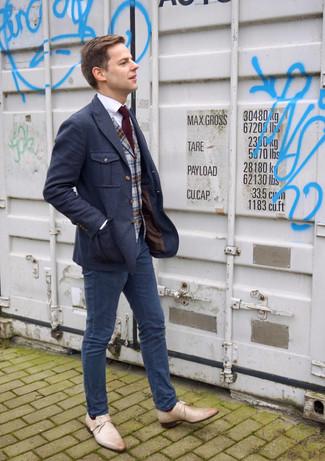 Cómo combinar: pantalón chino azul marino, camisa de vestir blanca, chaleco de vestir de lana de tartán gris, blazer de lana azul marino