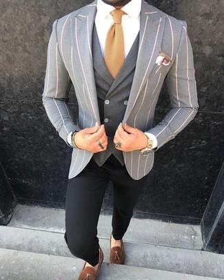 Cómo combinar: pantalón chino negro, camisa de vestir blanca, chaleco de vestir en gris oscuro, blazer de rayas verticales gris