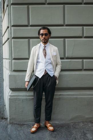 Cómo combinar: pantalón chino de rayas verticales negro, camisa de vestir blanca, chaleco de vestir blanco, blazer de rayas verticales en beige