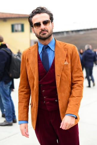 Cómo combinar: pantalón de vestir de pana burdeos, camisa de vestir de cambray azul, chaleco de vestir de pana burdeos, blazer de ante naranja