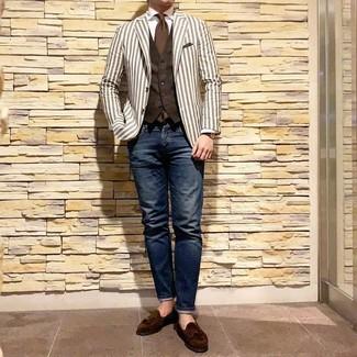 Cómo combinar: vaqueros azul marino, camisa de vestir blanca, chaleco de vestir en marrón oscuro, blazer de rayas verticales blanco
