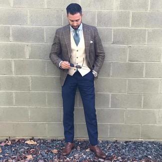 Combinar unos zapatos oxford de cuero marrónes: Considera emparejar un blazer de lana de tartán morado oscuro junto a un pantalón chino azul marino para lograr un estilo informal elegante. Con el calzado, sé más clásico y elige un par de zapatos oxford de cuero marrónes.