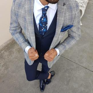 Cómo combinar: pantalón de vestir azul marino, camisa de vestir blanca, chaleco de vestir azul marino, blazer de tartán gris
