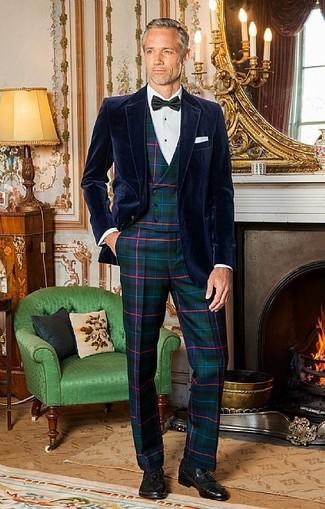 Combinar un corbatín negro: Empareja un blazer de terciopelo azul marino junto a un corbatín negro transmitirán una vibra libre y relajada. Agrega mocasín con borlas de cuero negro a tu apariencia para un mejor estilo al instante.