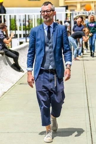 Combinar una corbata azul marino: Elige un blazer azul y una corbata azul marino para una apariencia clásica y elegante. Si no quieres vestir totalmente formal, elige un par de tenis de cuero blancos.