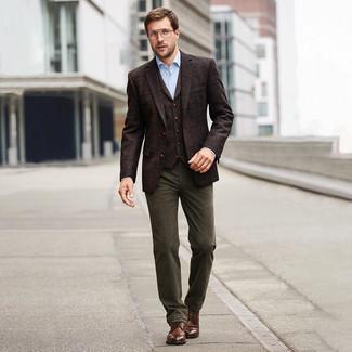 Combinar una camisa de vestir con un blazer: Usa un blazer y una camisa de vestir para un perfil clásico y refinado. Para darle un toque relax a tu outfit utiliza botas casual de cuero marrónes.