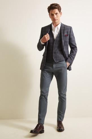 Combinar una camisa de vestir con un blazer: Casa un blazer con una camisa de vestir para una apariencia clásica y elegante. ¿Te sientes valiente? Elige un par de zapatos oxford de cuero en marrón oscuro.