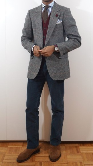 Combinar un blazer de lana de tartán gris: Equípate un blazer de lana de tartán gris con un pantalón chino azul marino para crear un estilo informal elegante. ¿Te sientes valiente? Haz botines chelsea de ante en tabaco tu calzado.
