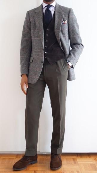 Combinar un blazer de lana de tartán gris: Haz de un blazer de lana de tartán gris y un pantalón de vestir en gris oscuro tu atuendo para una apariencia clásica y elegante. Agrega zapatos oxford de ante marrónes a tu apariencia para un mejor estilo al instante.