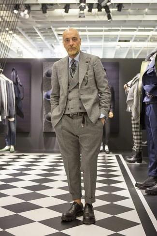 Combinar un blazer de lana de tartán gris: Ponte un blazer de lana de tartán gris y un pantalón de vestir de lana gris para un perfil clásico y refinado. ¿Te sientes valiente? Elige un par de zapatos oxford de cuero gruesos negros.