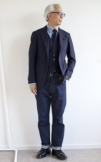 Combinar un pañuelo de bolsillo azul marino: Mantén tu atuendo relajado con un blazer azul marino y un pañuelo de bolsillo azul marino. Zapatos brogue de cuero negros son una forma sencilla de mejorar tu look.