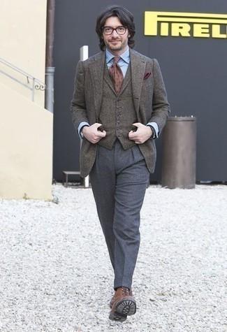 Combinar un chaleco de vestir de lana gris: Intenta combinar un chaleco de vestir de lana gris con un pantalón de vestir de lana gris para rebosar clase y sofisticación. ¿Quieres elegir un zapato informal? Usa un par de botas casual de cuero marrónes para el día.