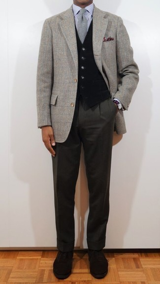 Combinar un blazer de espiguilla gris: Utiliza un blazer de espiguilla gris y un pantalón de vestir en gris oscuro para una apariencia clásica y elegante. Zapatos oxford de ante negros proporcionarán una estética clásica al conjunto.