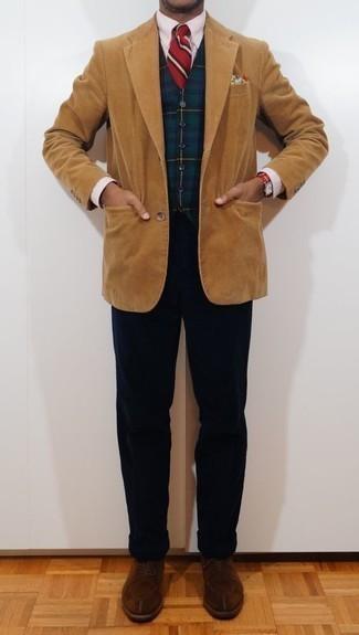 Combinar una camisa de vestir de rayas verticales rosada: Intenta combinar una camisa de vestir de rayas verticales rosada con un pantalón chino de pana azul marino para el after office. Dale un toque de elegancia a tu atuendo con un par de zapatos derby de ante marrónes.