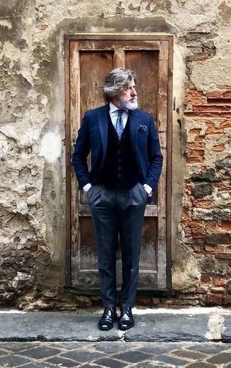 Combinar un pañuelo de bolsillo azul marino: Usa un blazer azul marino y un pañuelo de bolsillo azul marino para un look agradable de fin de semana. Usa un par de zapatos derby de cuero azul marino para mostrar tu inteligencia sartorial.