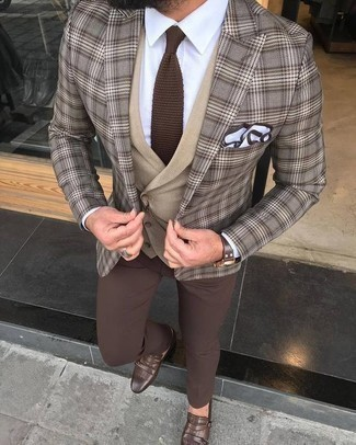Combinar una corbata de punto marrón: Haz de un blazer de tartán marrón y una corbata de punto marrón tu atuendo para rebosar clase y sofisticación. Zapatos con doble hebilla de cuero marrónes son una opción muy buena para completar este atuendo.