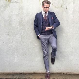 Combinar un pañuelo de bolsillo rosa: Equípate un blazer azul marino con un pañuelo de bolsillo rosa transmitirán una vibra libre y relajada. ¿Te sientes valiente? Complementa tu atuendo con mocasín con borlas de cuero burdeos.