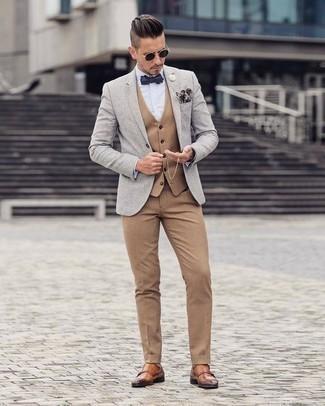 Combinar un pantalón de vestir marrón claro: Ponte un blazer gris y un pantalón de vestir marrón claro para una apariencia clásica y elegante. Zapatos con doble hebilla de cuero en tabaco son una opción práctica para complementar tu atuendo.