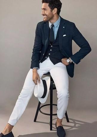 Combinar un abrigo: Emparejar un abrigo con un pantalón chino blanco es una opción inigualable para una apariencia clásica y refinada. ¿Te sientes valiente? Usa un par de mocasín de cuero tejido azul marino.