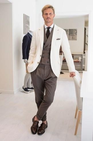 Moda para hombres de 30 años estilo elegante: Emparejar un blazer blanco junto a un pantalón de vestir marrón es una opción perfecta para una apariencia clásica y refinada. Zapatos con doble hebilla de cuero en marrón oscuro son una opción perfecta para complementar tu atuendo.