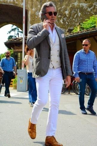 Combinar un chaleco de vestir en beige: Empareja un chaleco de vestir en beige junto a unos vaqueros blancos para rebosar clase y sofisticación. Zapatos brogue de cuero en tabaco son una opción perfecta para completar este atuendo.