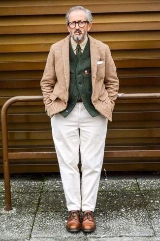 Combinar una camisa de vestir en beige: Usa una camisa de vestir en beige y un pantalón chino blanco para crear un estilo informal elegante. Completa tu atuendo con zapatos derby de cuero en tabaco para mostrar tu inteligencia sartorial.