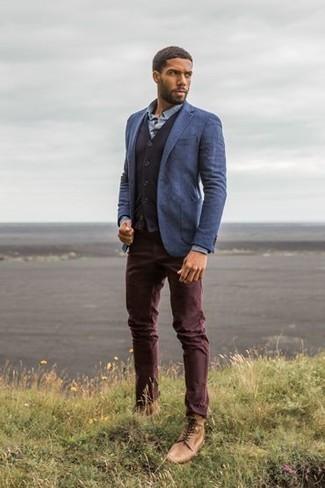 Combinar unas botas casual de cuero marrón claro: Ponte un blazer azul y un pantalón chino burdeos para crear un estilo informal elegante. Botas casual de cuero marrón claro son una opción atractiva para complementar tu atuendo.
