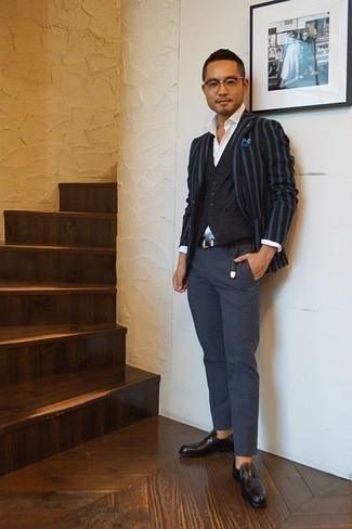 Combinar un pañuelo de bolsillo estampado azul: Para un atuendo tan cómodo como tu sillón ponte un blazer de rayas verticales azul marino y un pañuelo de bolsillo estampado azul. ¿Te sientes valiente? Complementa tu atuendo con mocasín de cuero negro.
