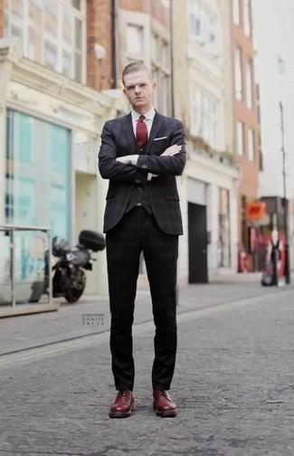 Combinar un blazer en gris oscuro: Intenta combinar un blazer en gris oscuro junto a un pantalón chino negro para un lindo look para el trabajo. ¿Te sientes valiente? Haz zapatos derby de cuero burdeos tu calzado.