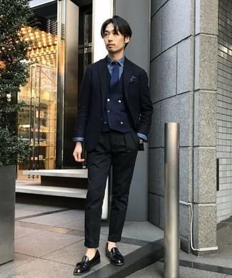 Combinar un pañuelo de bolsillo en gris oscuro: Para un atuendo tan cómodo como tu sillón intenta ponerse un blazer azul marino y un pañuelo de bolsillo en gris oscuro. Con el calzado, sé más clásico y opta por un par de mocasín con borlas de cuero negro.