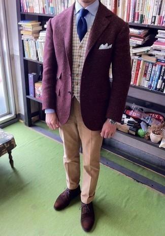 Outfits hombres en otoño 2020: Considera ponerse un blazer de lana morado y un pantalón de vestir marrón claro para una apariencia clásica y elegante. Este atuendo se complementa perfectamente con zapatos derby de ante en marrón oscuro. Es una opción excelente para este otoño.