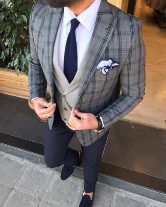 Combinar un mocasín con borlas de ante azul marino: Casa un blazer de tartán gris junto a un pantalón de vestir azul marino para un perfil clásico y refinado. Mocasín con borlas de ante azul marino son una opción grandiosa para complementar tu atuendo.