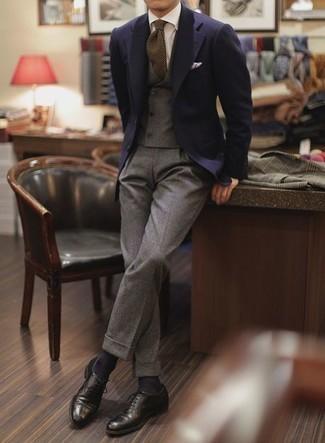 Combinar un chaleco de vestir de lana gris: Emparejar un chaleco de vestir de lana gris junto a un pantalón de vestir de lana gris es una opción estupenda para una apariencia clásica y refinada. ¿Quieres elegir un zapato informal? Elige un par de zapatos oxford de cuero negros para el día.