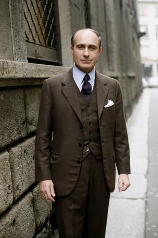 Combinar un chaleco de vestir en marrón oscuro para hombres de 50 años: Empareja un chaleco de vestir en marrón oscuro con un pantalón de vestir de lana en marrón oscuro para un perfil clásico y refinado.