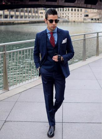 Cómo combinar: pantalón de vestir azul marino, camisa de vestir azul, chaleco de vestir azul marino, blazer a cuadros azul marino