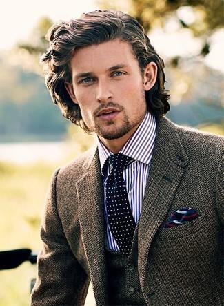 Cómo combinar: corbata a lunares en azul marino y blanco, camisa de vestir de rayas verticales en blanco y azul marino, chaleco de vestir de lana de espiguilla marrón, blazer de lana de espiguilla marrón