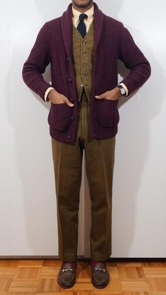 Combinar una camisa de vestir en beige: Emparejar una camisa de vestir en beige junto a un pantalón de vestir de lana marrón es una opción buena para una apariencia clásica y refinada. Si no quieres vestir totalmente formal, elige un par de mocasín de cuero en marrón oscuro.