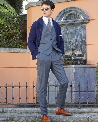 Combinar un pantalón de vestir gris: Empareja un cárdigan con cuello chal azul marino con un pantalón de vestir gris para rebosar clase y sofisticación. Zapatos brogue de cuero en tabaco son una opción incomparable para complementar tu atuendo.