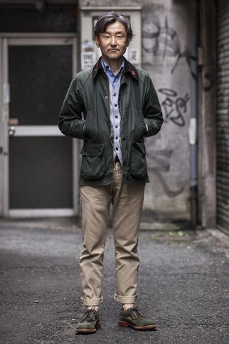 Combinar una chaqueta con cuello y botones verde oscuro: Haz de una chaqueta con cuello y botones verde oscuro y un pantalón chino en beige tu atuendo para un almuerzo en domingo con amigos. ¿Te sientes valiente? Usa un par de zapatos brogue de ante verde oscuro.