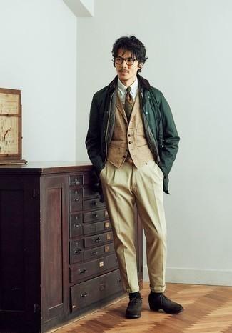 Combinar unos calcetines verde oscuro: Para un atuendo tan cómodo como tu sillón usa una chaqueta con cuello y botones verde oscuro y unos calcetines verde oscuro. Dale un toque de elegancia a tu atuendo con un par de zapatos brogue de ante en marrón oscuro.