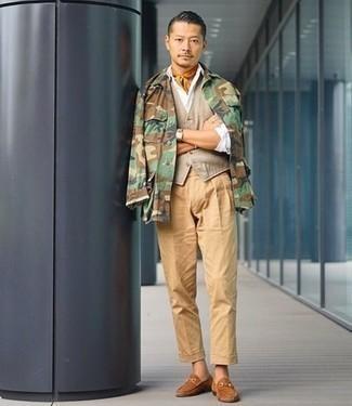 Combinar un chaleco de vestir en beige: Empareja un chaleco de vestir en beige con un pantalón chino marrón claro para rebosar clase y sofisticación. Mocasín de ante marrón claro son una opción inigualable para completar este atuendo.