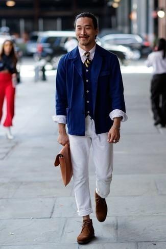 Combinar una chaqueta estilo camisa azul marino: Empareja una chaqueta estilo camisa azul marino junto a un pantalón chino blanco para después del trabajo. Botas safari de ante marrónes son una opción inmejorable para complementar tu atuendo.