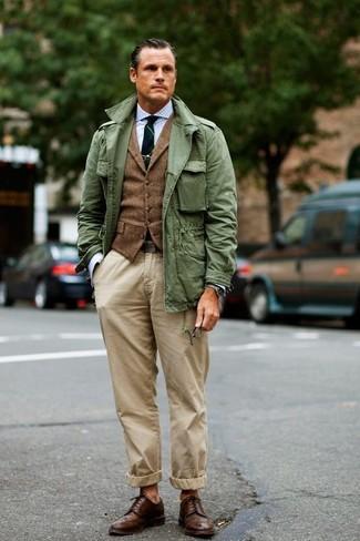 Cómo combinar: pantalón chino en beige, camisa de vestir de cuadro vichy celeste, chaleco de vestir de lana marrón, chaqueta militar verde oliva