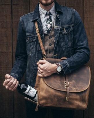 Cómo combinar: pantalón chino negro, camisa de vestir de rayas verticales gris, chaleco de vestir de lana marrón, chaqueta vaquera negra