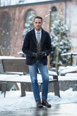 Outfits hombres en invierno 2020: Intenta ponerse un chaquetón azul marino y unos vaqueros azules para después del trabajo. Un par de botas casual de cuero en marrón oscuro se integra perfectamente con diversos looks. Es una idea perfecta para llevarlo en jornadas en invierno.