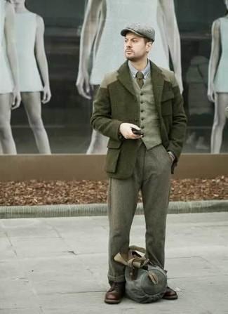 Combinar un pantalón de vestir de lana verde oliva: Empareja un chaquetón verde oscuro junto a un pantalón de vestir de lana verde oliva para una apariencia clásica y elegante. Botas casual de cuero en marrón oscuro añadirán un nuevo toque a un estilo que de lo contrario es clásico.